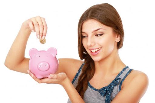Joven mujer ahorrando
