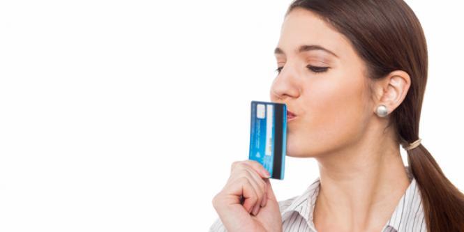 Mujer besa su tarjeta de crédito