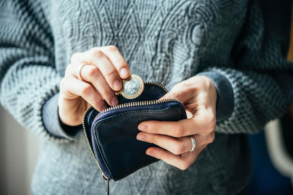 Mujer con monedero y monedas