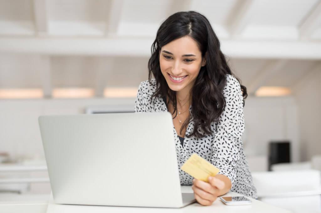 Mujer revisa sus tarjetas de crédito