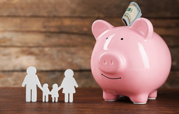 familia con cuenta de ahorro en línea