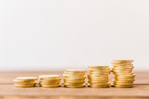 monedas representando una tasa de interés baja