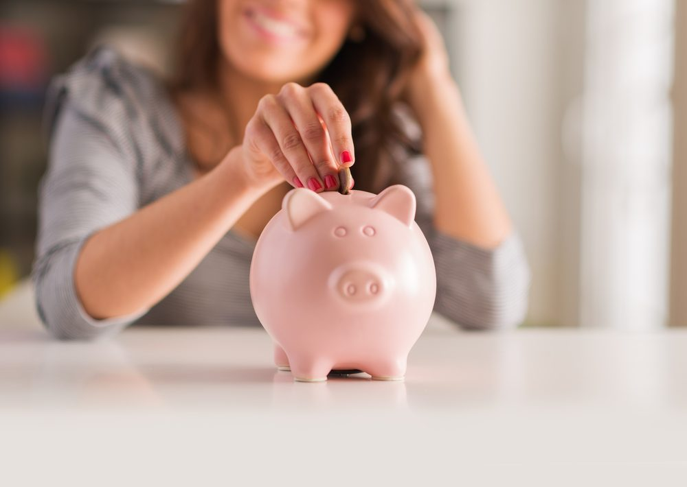 mujer con cuenta de ahorro en línea