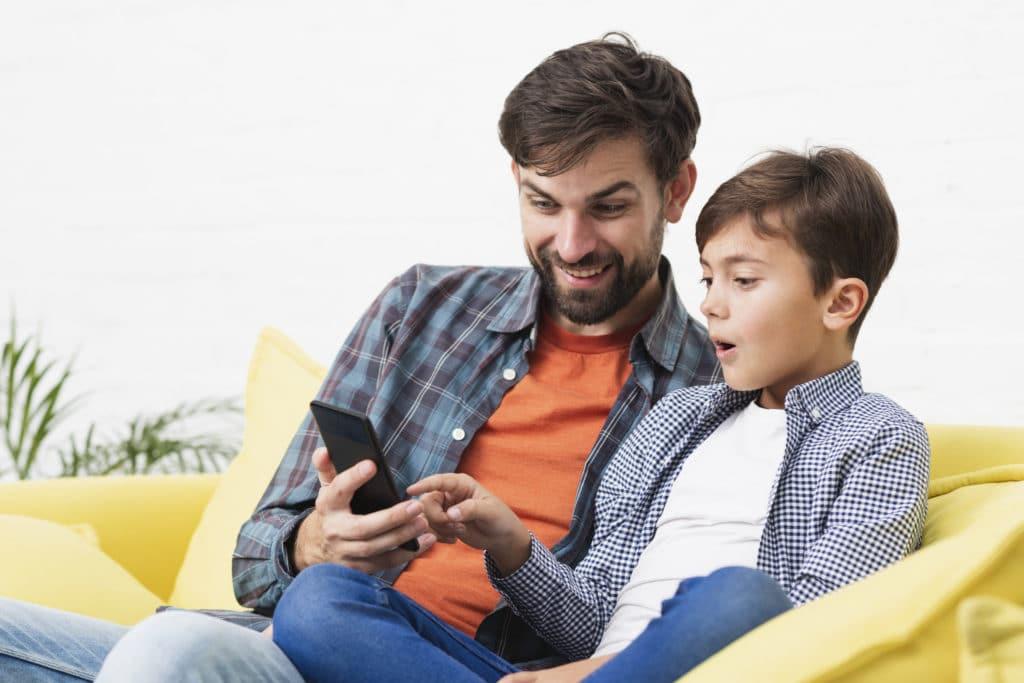 Padre e hijo revisan el Smartphone
