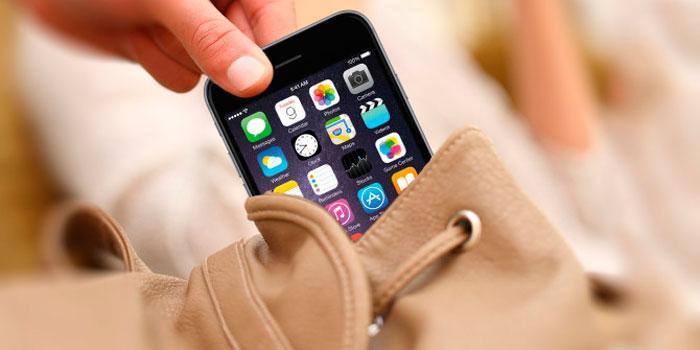 persona robando un iphone