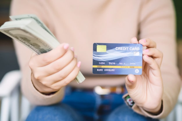 Mujer mostrando su cartera y su dinero