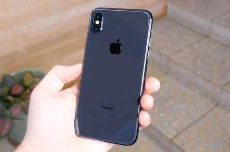 hombre usando su iPhone nuevo