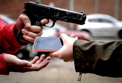 hombre robando el celular con una pistola