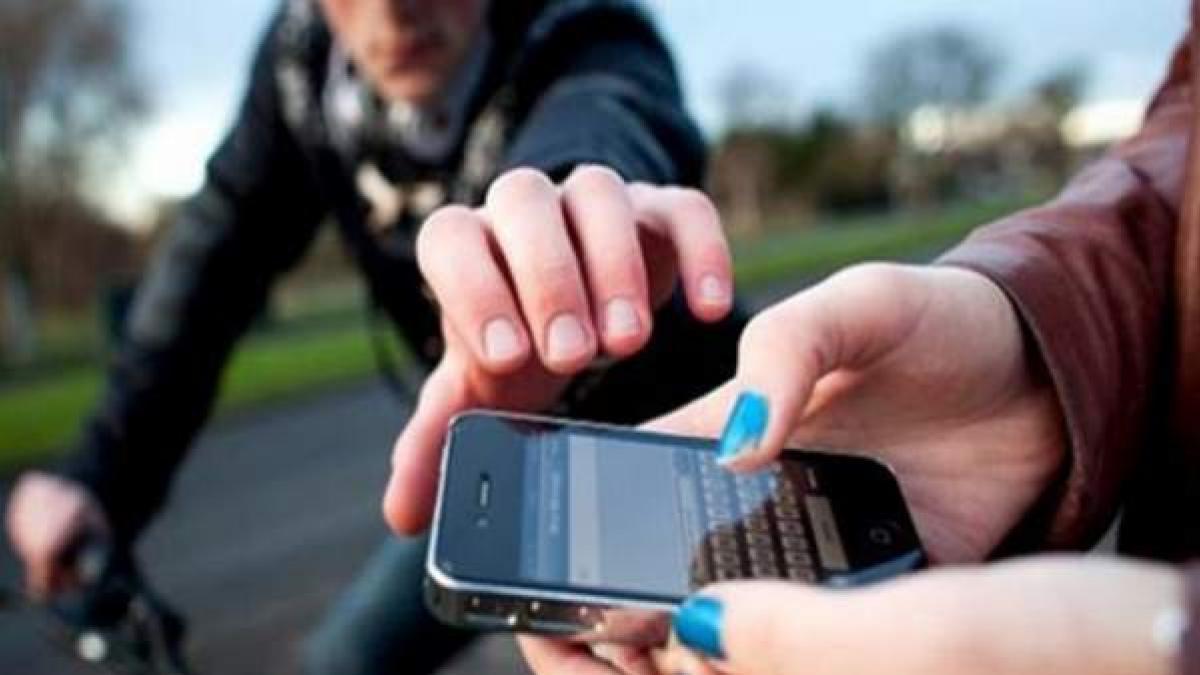 hombre robando un celular