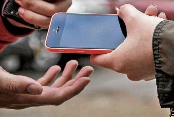 hombre vendiendo un celular robado
