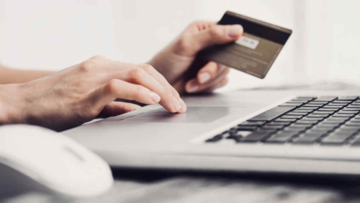Persona solicitando tarjeta de debito en línea
