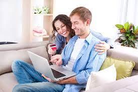 personas comprando con tarjeta de debito en línea