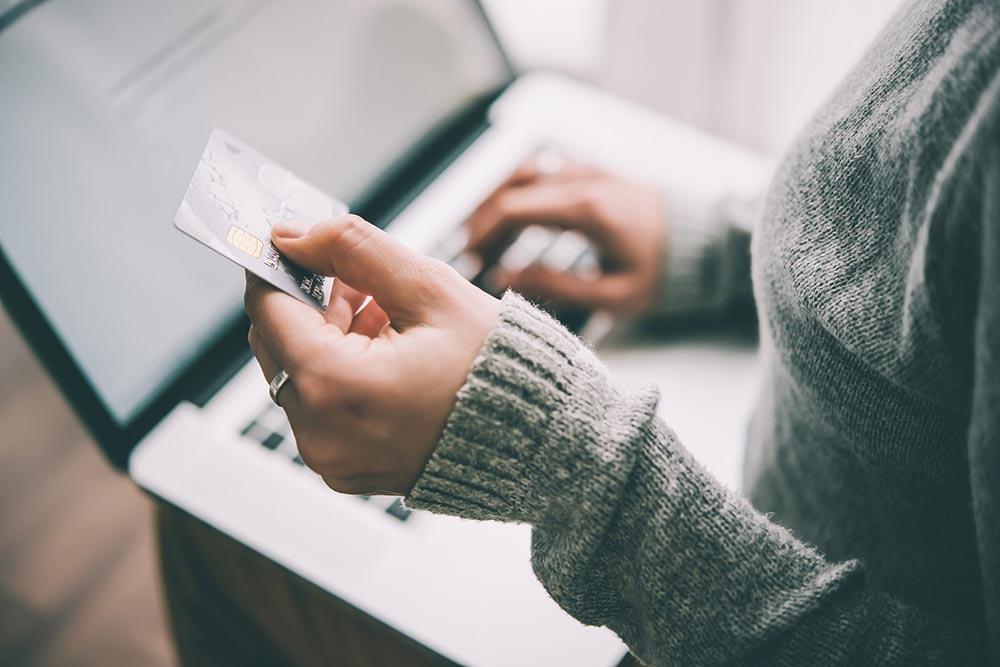 Persona usando tarjeta de debito