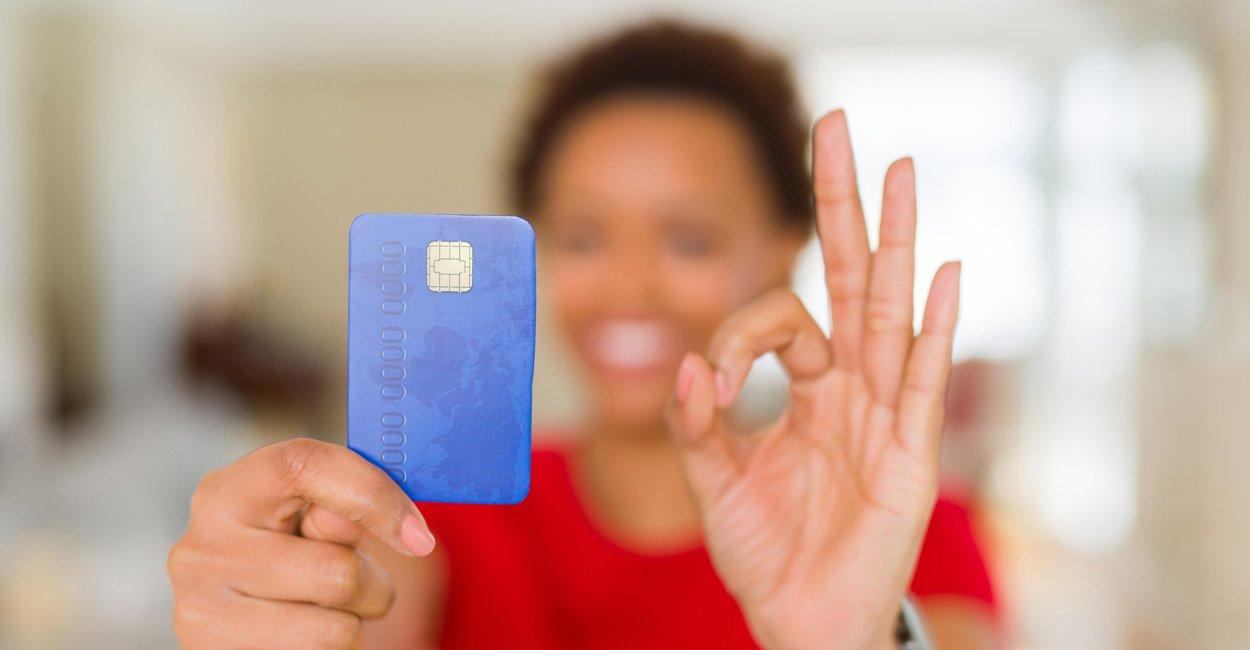 mujer feliz con su tarjeta