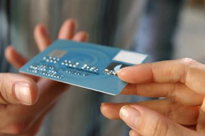 persona pagando con su tarjeta